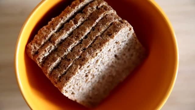 Orange bowl met brood