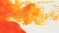 Orange Tinte fallen in Wasser