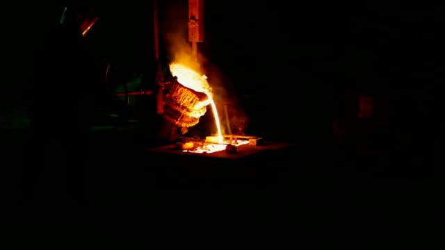 Рouring aus dem geschmolzenen Metall in einem Formular