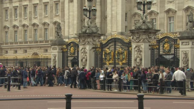 ATMOSPHERE Outside Buckingham Palace for the Royal Baby announcement on May 02 2015 in London England