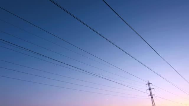 Kabel und über Strommasten