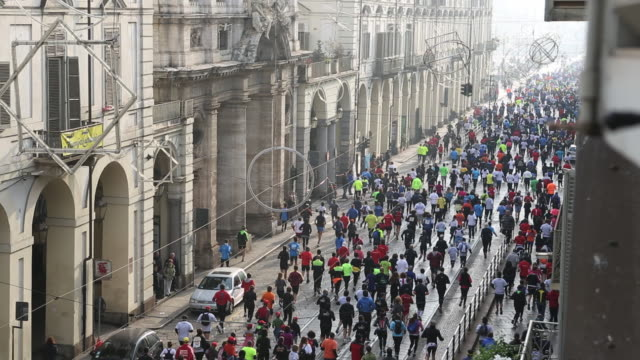 Overhead view of first waves of runners, Turin Marathon (Nov, 2012)