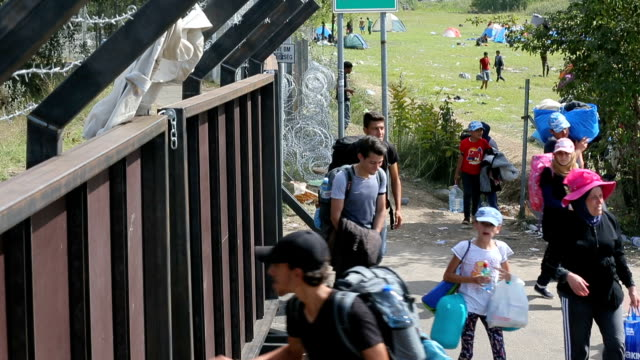 Overnight hundreds of migrants have been transported by bus to Croatia Migrants are now diverting to Croatia from Serbia two days after Hungary...