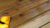 Pad Pinsel anwenden auf Holz Brett-Deck
