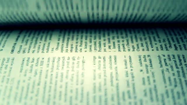 Girare le pagine in un libro
