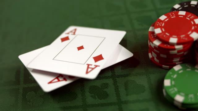 HD-ZEITLUPE: Paar Aces fallen auf einem Tisch