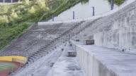 UHD 4K: paar junge Erwachsene cross-Training in einem Stadion zusammen