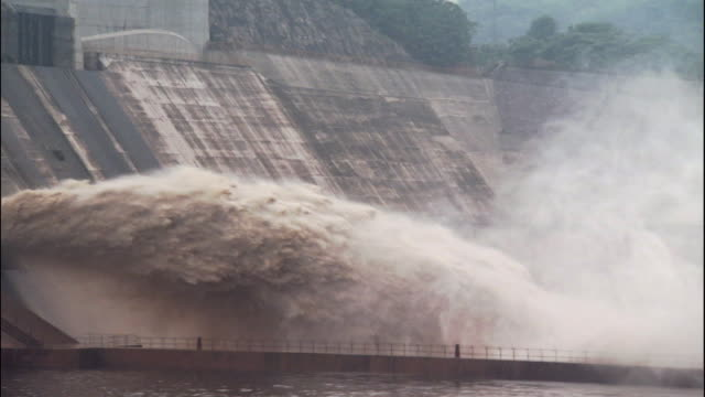 Pan left over spray from Xiaolangdi dam, China
