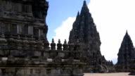 HD auf historische Stätte Prambanan-Tempel bis zum Himmel nach oben schwenken.