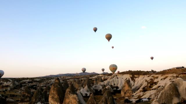 Panaromic Blick auf Heißluftballons fliegen über die Feenkamine in Cappadocia