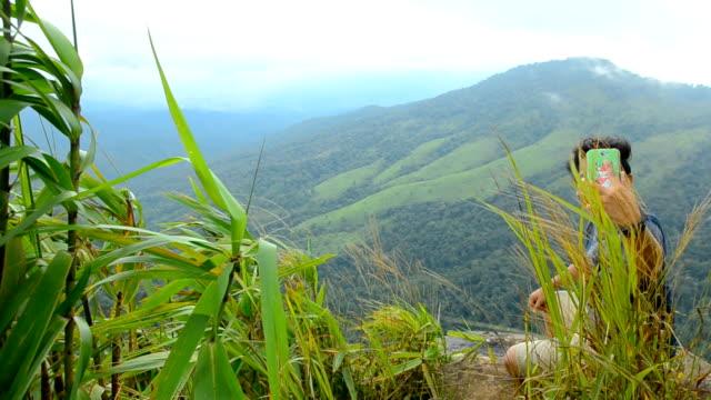 pannen: een man selfie op klif op regenseizoen