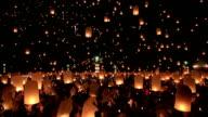 HD Schwenken: flying Laterne Yeepeng Loi Kra Tong festival in thailand