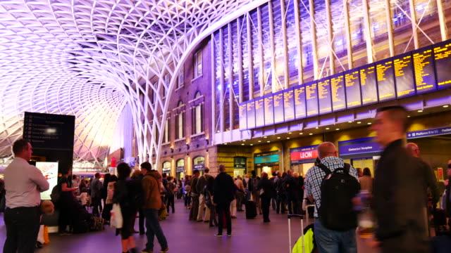 4K schwenken Rohr unterirdischen Bahnhof London, Passagiere in Rush Hour, England, UK