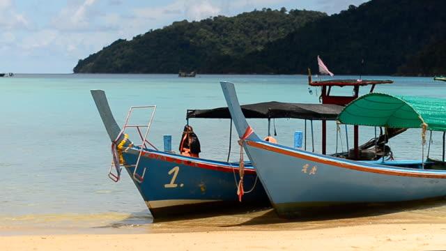 pannen: mannen wachten nemen foto's van houten traditionele boot