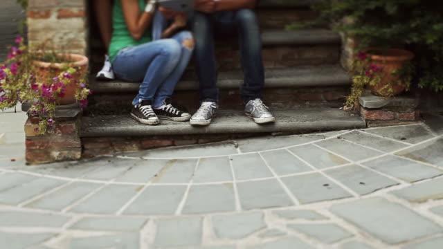 Schwenken auf eine Gruppe teenager Freunde mit tablet-pc
