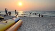 Schwenken: Entspannung am Strand in der Morgendämmerung