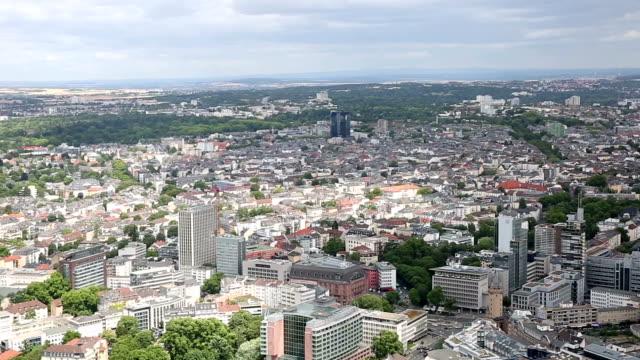 Panorering skott: Flygfoto över Frankfurt stadsbilden