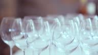Panning colpo di file su Vuota wineglasses