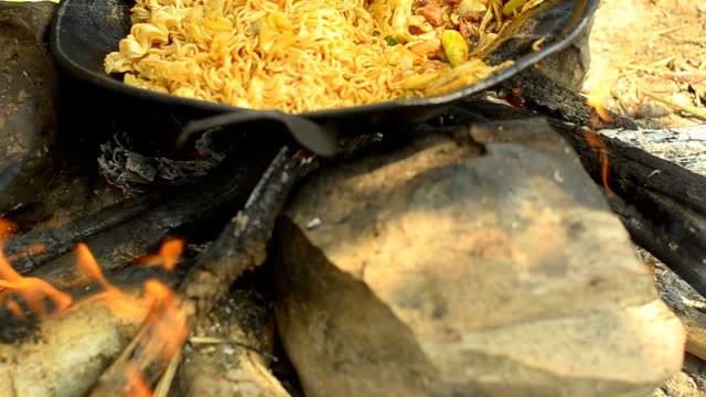 pannen: gesauteerde Chinese noedels op de rots tijdens het kamperen