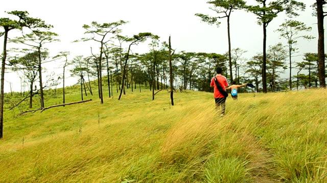 pannen: twee mannen lopen geel gras