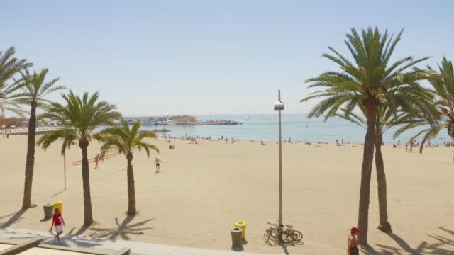 Panning video van het strand van Barceloneta in Barcelona, Spanje Spanje