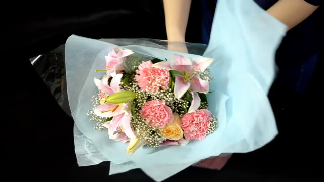 panning : women arrange wedding bouquet