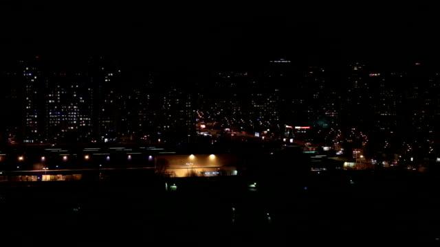 Panorama van de stad 's nachts. Bekijk de top.