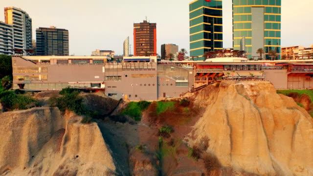 Panoramisch luchtfoto van Larcomar in Miraflores town in Lima, Peru.