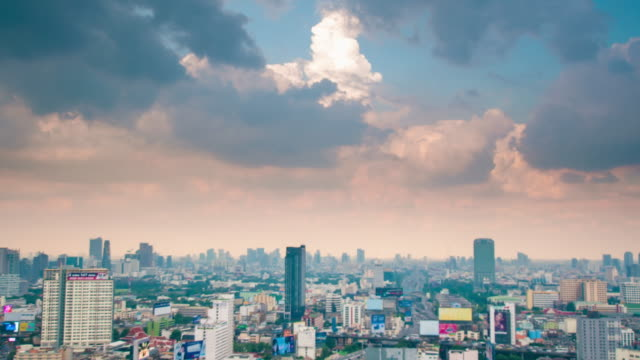 Panoramablick auf Stadtbild Geschäftsviertel von Luftbild-Hochhaus in der Abenddämmerung (Bangkok, Thailand)