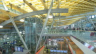 Panoramablick von Reisenden Publikum am Check In Counter Flughafenhalle