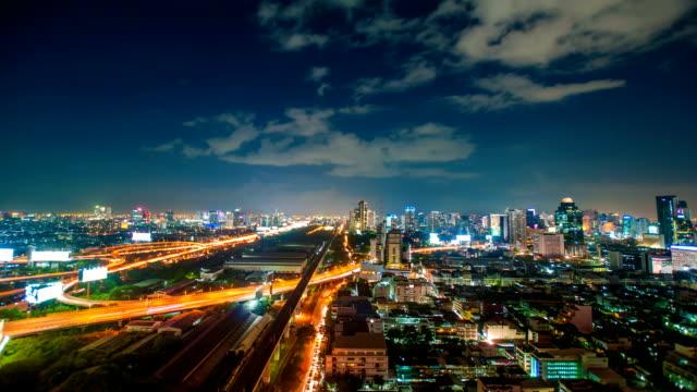 Panoraminc weergave van stedelijk landschap bij nacht. Timelapse