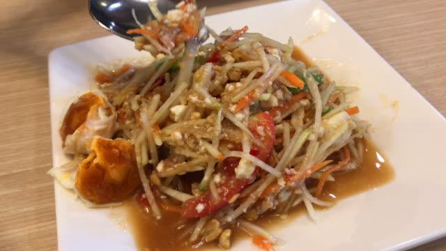 Papaya-Salat, traditionelle Thai-Küche.