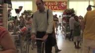 Para las compras navidenas este ano los brasilenos buscan ofertas en los supermercados en un escenario de recesion y caida del salario promedio real