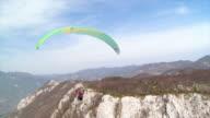HD: Gleitschirm hoch über die Berge