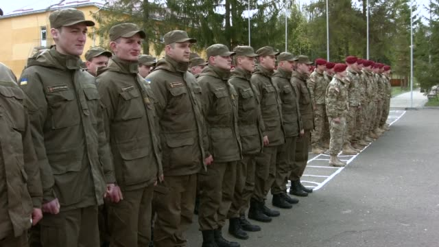US paratroopers begin training Ukrainian government forces who will fight pro Russian separatists in the east angering Moscow as the deadly conflict...