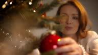 Genitori Decorare l'albero di Natale
