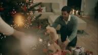 Eltern dekorieren Weihnachtsbaum