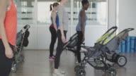 4K: ouders oefenen met hun baby's in kinderwagens.