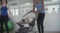 4 K : Eltern trainieren Sie mit Ihrem Baby im Kinderwagen.