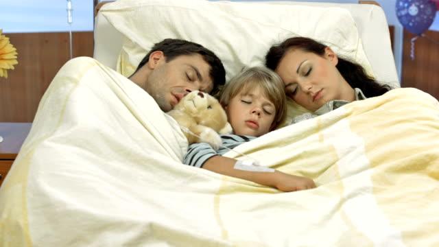 HD DOLLY: Eltern schlafen neben einem Kranken Kind