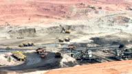 Parte di un pit con grande camion minerario di lavoro
