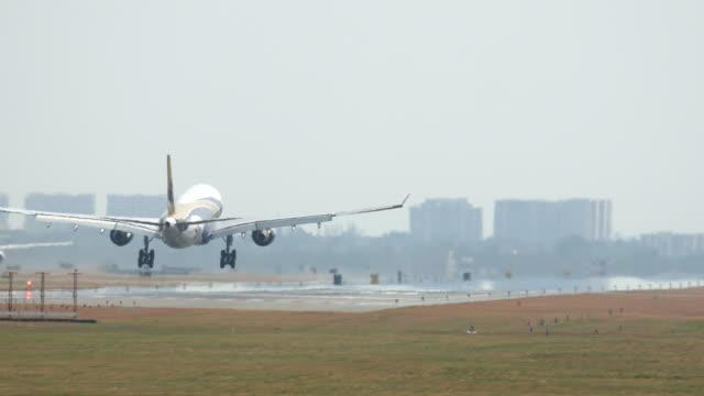 Passenger aircraft landing, 4K(UHD)