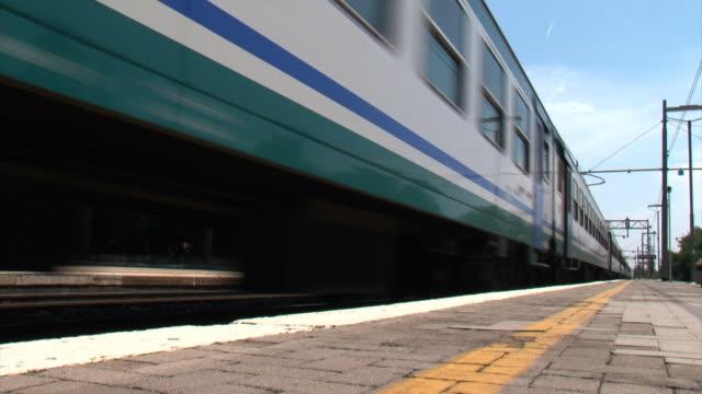 Passeggero Treno Lasciando la stazione: Nessuno per thè piattaforma