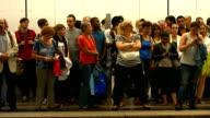 T/L Passagiere warten auf die U-Bahn (4 k UHD zu/HD