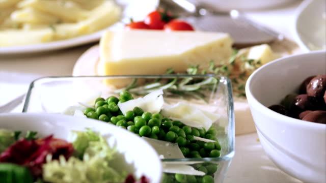 Pasta und sauce mit Salat und Beilagen