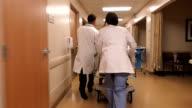 Im Krankenhaus Patienten auf Trage
