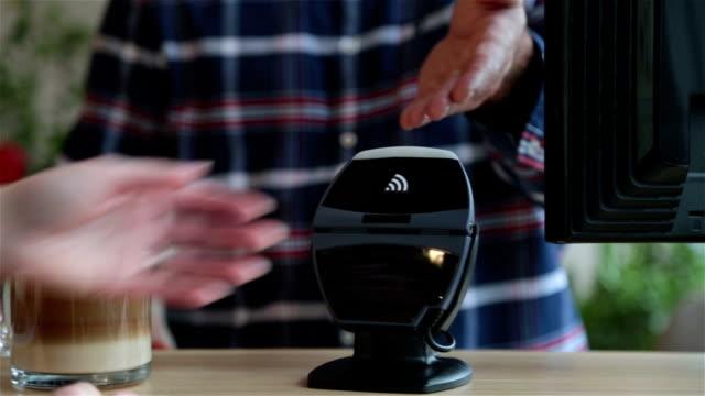 Pagando con tecnologia NFC su Smartwatch nel Coffee Shop