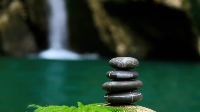 Kiesel Steine auf den Wasserfall