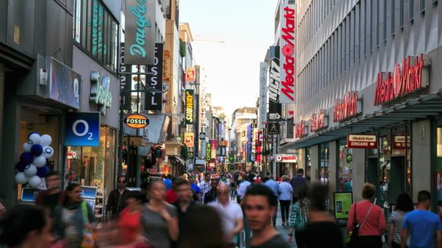 Fußgänger an belebten Shopping Zone