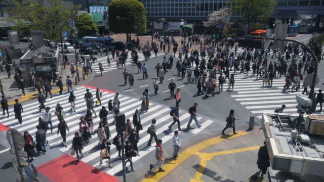 Fußgänger überqueren bei Tokio Shibuya Crossing